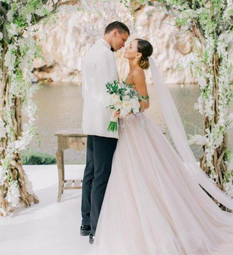 Ślub jak z bajki. Marina i Wojtek Szczęsny w pozycji figurki ze ślubnego tortu.