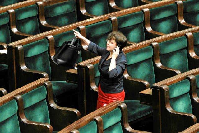 Opozycja i wydawcy nie pozostawili suchej nitki na projekcie ustawy Joanny Kluzik-Rostkowskiej, która chce wprowadzić jeden, bezpłatny podręcznik dla pierwszoklasistów