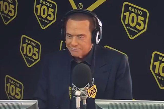 Silvio Berlusconi nie zorientował się, że w radiu są kamery. Widzowie zaś w transmisji zobaczyli, jak były premier odpowiedzi czyta z kartki.