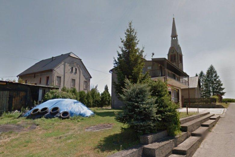 Kościół w Modzurowie. Tamtejszy ksiądz Joachim Kroll zmienił godziny mszy świętych z powodu rozpoczynających się mistrzostw świata w Rosji.