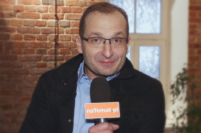 """Robert Górski, lider Kabaretu Moralnego Niepokoju nie zostawia suchej nitki na prezesie i jego ekipy. Satyryk dodaje jednak, że nie da się zaszufladkować jako przeciwnik """"dobrej zmiany""""."""
