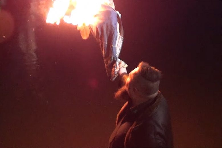 """21 marca w Warszawie skrajna prawica urządziła antysemicki """"ivent artystyczny"""" i spaliła nad Wisłą kukłę """"B'żyduli""""."""