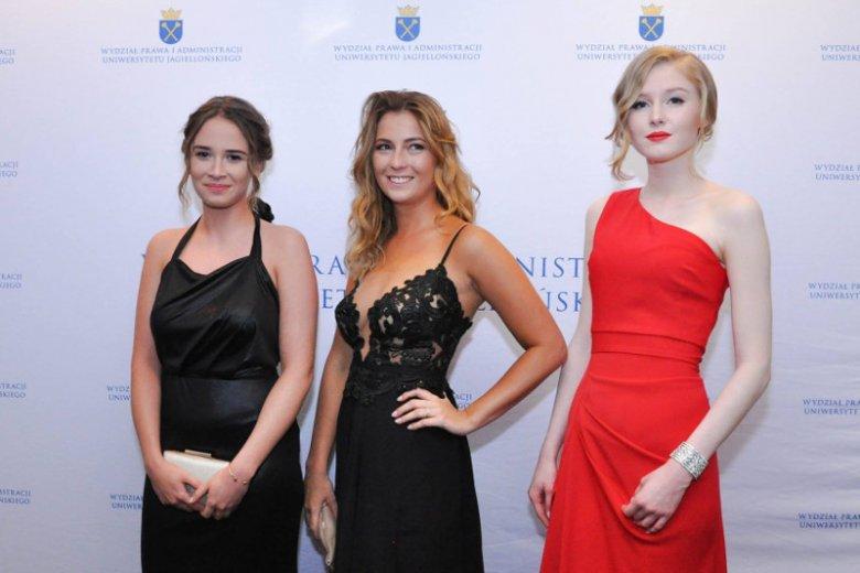 Kinga Duda (w czerwonej sukience) z koleżankami z prawa na UJ. Tam studiował również jej ojciec, prezydent Andrzej Duda.