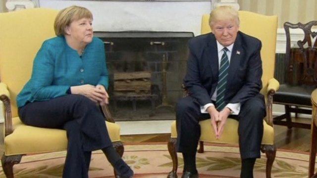 Donald Trump najwyraźniej nie miał ochoty podawać ręki Angeli Merkel.