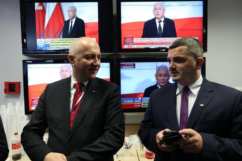 Joachim Brudziński i Krzysztof Sobolewski w siedzibie PiS podczas konferencji prasowej Jarosława Kaczyńskiego.