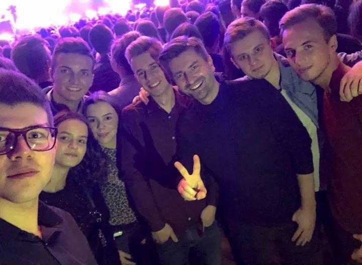 Krzysztof Śmieszek wraz z działaczkami i działaczami Przedwiośnia, młodzieżówki Wiosny. Czy program Biedronia przyciągnie młodych ludzi?
