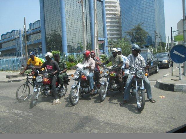 Lagos, Nigeria - nieustraszeni kurierzy miejscy.