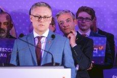 Robert Smucz przemawia na konwencji Wiosny w Rzeszowie (4 marca 2019 r.). Za nim stoi szef partii Robert Biedroń.