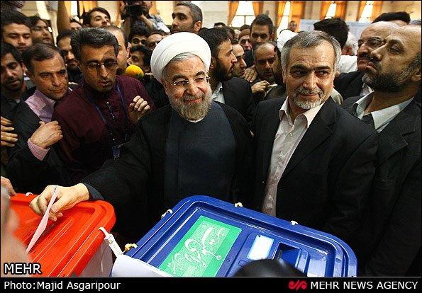 Hasan Rouhani przy urnie wyborczej.