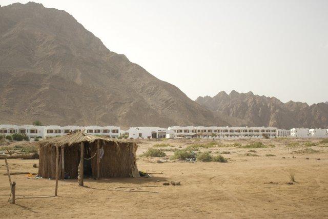 Chatka na tle hotelu w mieście Dahab na Półwyspie Synaj.