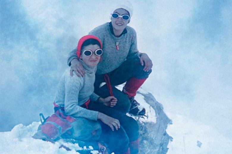 """""""Himalaistki. Opowieść o kobietach, które pokonują każdą górę"""". Fascynująca książka Mariusza Sepioły o kobietach, które niegdyś rozsławiły polski himalaizm i o tych, które sławią go dziś. Na zdjęciu (od lewej) Halina Krüger - Syrokomska i Wanda Rutkiewicz"""