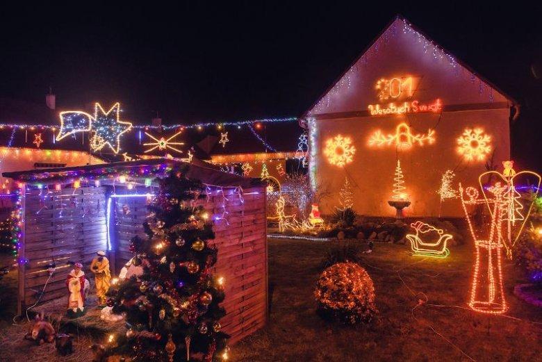 Świąteczna dekoracja domu i ogrodu państwa Ozgów.
