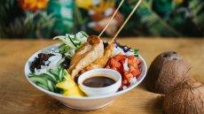 Moa Bowl z satayami z kurczaka i sosem teryaki (26 zł) z manu Raju w Niebie