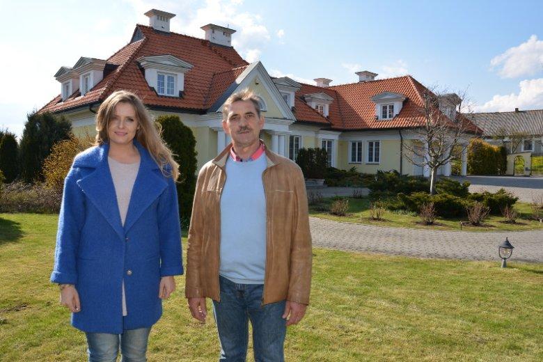 Maria Semczyszyn, ekspertka od nieruchomości oraz Pan Adam, właściciel rezydencji, wystawionej na sprzedaż za jedną trzecią wartości. Nie ma z kim tam mieszkać.