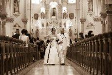 Większość panien młodych marzy o białej sukni i przysiędze składanej przed ołtarzem, nawet jeśli nie chodzą do kościoła. Tradycja czy hipokryzja?