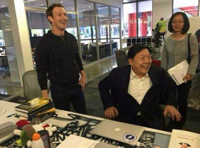 Szef chińskiej cenzury w fotelu szefa Facebooka, z boku leży książka autorstwa prezydenta Chin.