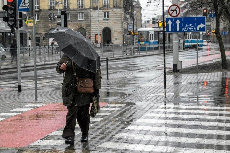 W długi weekend nie zabraknie opadów deszczu.