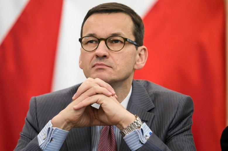"""Premier Mateusz Morawiecki w rozmowie z Anitą Werner przekonywał, że """"kolejki w wielu obszarach, bardzo ważnych dla ludzi, jak endoprotezy czy zaćmy, skracają się i to o miesiące""""."""