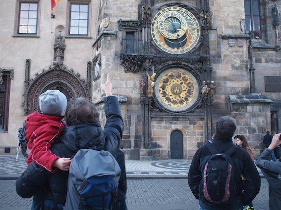 O każdej pełnej godzinie pod Orlojem zbierają się tłumy turystów.