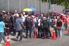 Przed wenezuelskimi sklepami ustawiają się długie kolejki