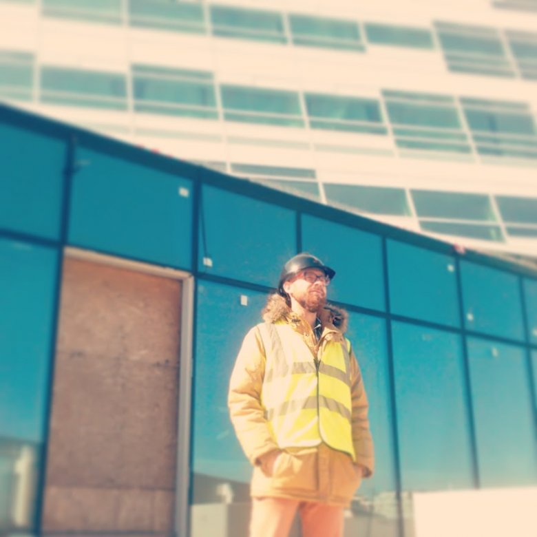 Autor podczas zwiedzania budowy Złotej 44