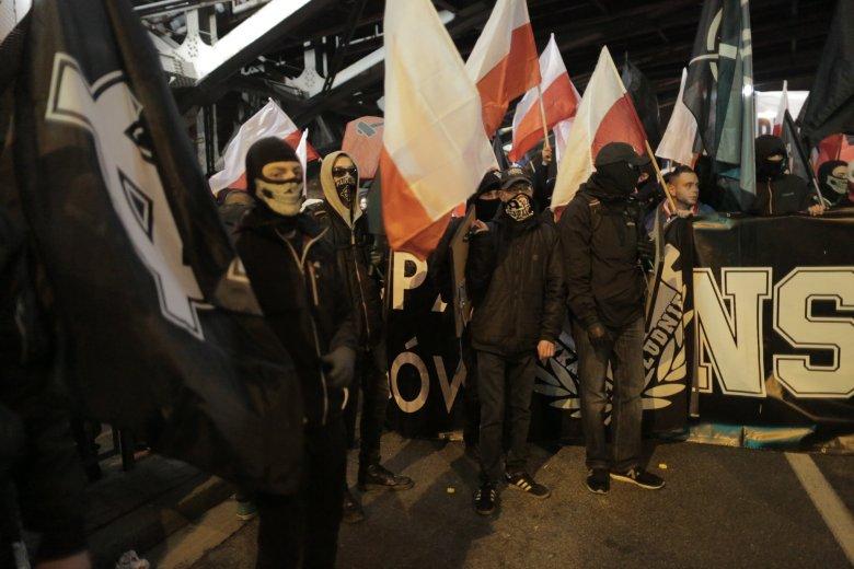 Zdjęcie z Marszu Niepodległości 2017 r., o którym policja mówiła, że przebiegł właściwie bez incydentów.