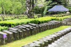 Zaledwie dwa lata temu na cmentarzu Powązki Wojskowe pochowano gen. Wojciecha Jaruzelskiego. Teraz groby osób takich, jak on miałyby z prestiżowych nekropolii zniknąć.