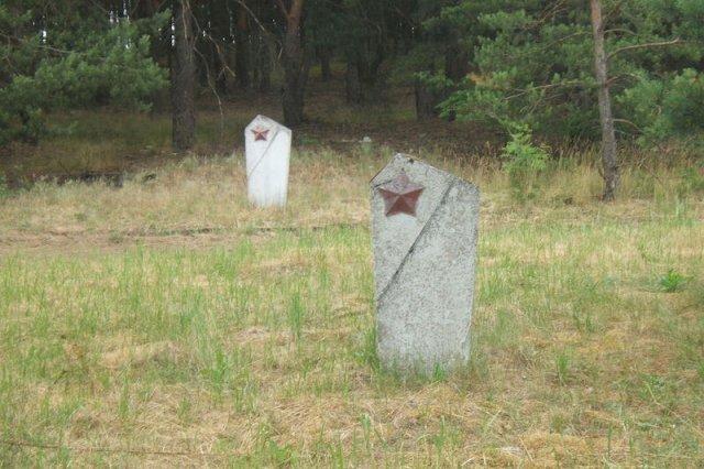 Rosjanie, którzy zginęli w obozie, mająw okolicy swój cmentarz. Niemcy od kilkudziesięciu lat leżą w bezimiennych mogiłach, którymi nikt sięnie opiekuje