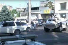 Uzbrojeni ludzie wtargnęli do siedziby policji w Armenii. Przekonują, że to zamach stanu