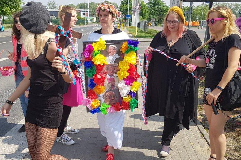 W dniu urodzin o. Rydzyka feministki zorganizowały manifestację przed siedzibą Radia Maryja.