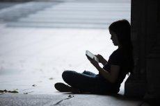 Potrzeba ciągłego sprawdzania Facebooka może być groźna dla naszego zdrowia psychicznego.