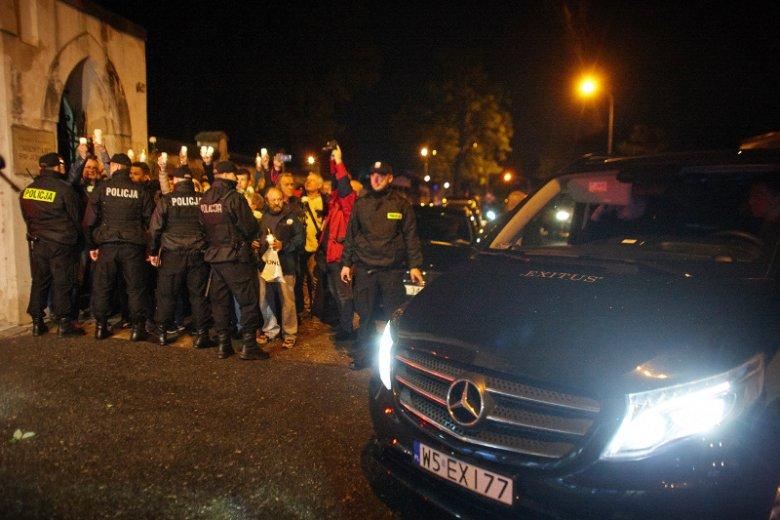 Przeciwko ekshumacji ciała Joanny Agackiej Indeckiej w Łodzi protestowali Obywatele RP. Na pierwszym planie karawan firmy pogrzebowej Exitus