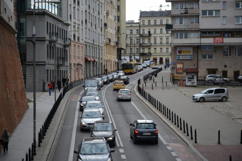 Jazda komunikacją miejską nie obniża naszego prestiżu, a co najwyżej poziom stresu wynikający z korków.