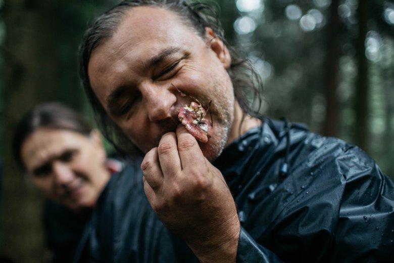 Łukasz Łuczaj. Tutaj pokazuje nam w jaki sposób po smaku sprawdzić, czy grzyb jest trujący.