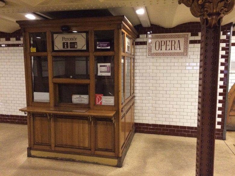 Stacja metra przy operze. Jak widać język węgierski nie zawsze jest taki trudny...