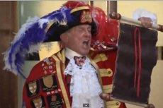 Tonny Appleton obwieścił światu informację o narodzeniu następcy brytyjskiego tronu. Ale nie jest królewskim heroldem – zrobił to z własnej woli.