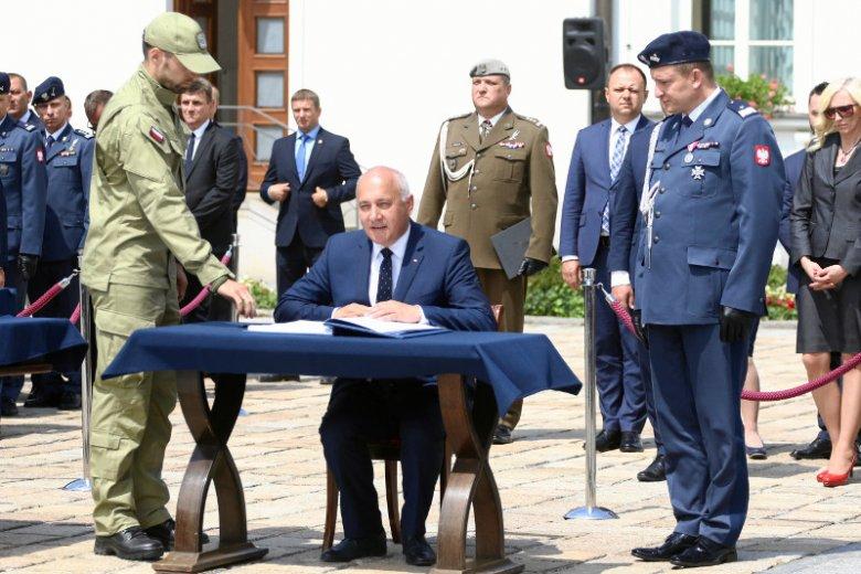Szef MSWiA Joachim Brudziński oraz gen. Tomasz Miłkowski na uroczystościach przed Belwederem w dniu pierwszego święta Służby Ochrony Państwa, która powstała w miejsce Biura Ochrony Rządu.