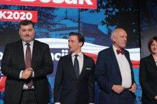 (od lewej) Posłowie Artur Dziambor, Krzysztof Bosak i Janusz Korwin–Mikke podczas styczniowych prawyborów prezydenckich Konfederacji.