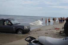 """Sama akcja ratunkowa Rovera trwała niecały kwadrans.Potrzebny był """"tylko"""" ciągnik i kilku plażowiczów."""