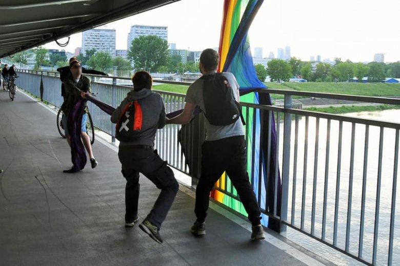 Kadr z ataku na aktywistów LGBT w Warszawie.