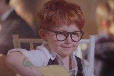 Ed Sheeran jako rozkoszny malec w najnowszym klipie do piosenki Andrei Bocelliego.