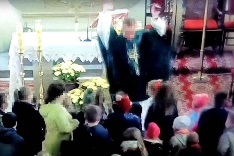 Ksiądz Marcin K. podczas mszy z dziećmi w kościele w Sępólnie Krajeńskim. Duchowny był uwielbiany przez najmłodszych.