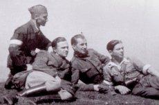 Stach wstąpił do milicji, zabił sowieckiego żołnierza, uciekł z więzienia i na dobę dołączył do leśnej bandy. Młynarek też zaraz po wyzwoleniu wstępuje do milicji, ale staje się dowódcą plutonu egzekucyjnego, przed którym staje Stach. Kto jest bohaterem?