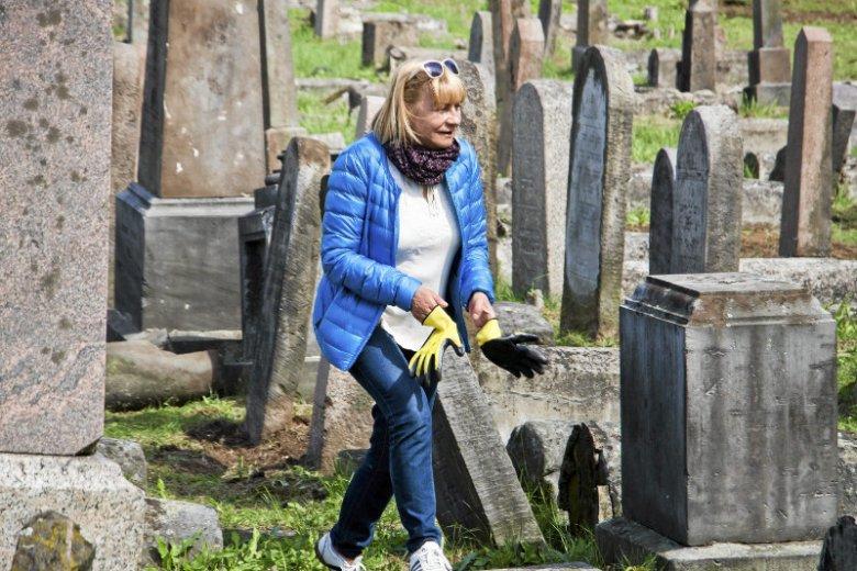 Lucy Lisowska podczas prac porządkowych na Cmentarzu Żydowskim w Białymstoku przy ul. Wschodniej.