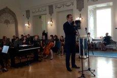 Dolnośląski kurator oświaty Roman Kowalczyk zaprosił dyrektorów podległych mu szkół na wspólne śpiewanie pieśni patriotycznych.