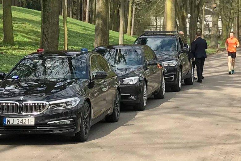 Pracownicy prezydenta Andrzeja Dudy zaparkowali w niedozwolonym miejscu.
