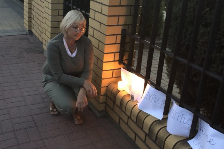 Danuta Domańska we wtorek sama stanęła przed Sądem Rejonowym w Węgrowie i zamanifestowała swoje poparcie obrońców Konstytucji i Sądu Najwyższego.