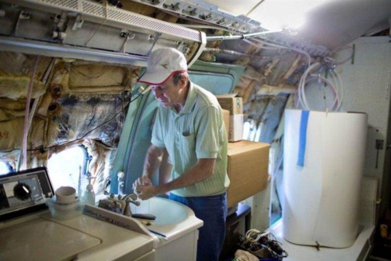 Bruce Campbell prowadzi w mieszkaniu-samolocie codzienne życie
