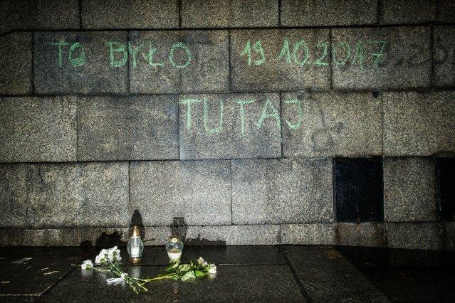 W tym miejscu przed Pałacem Kultury w Warszawie samopodpalenia dokonał Piotr Szczęsny.