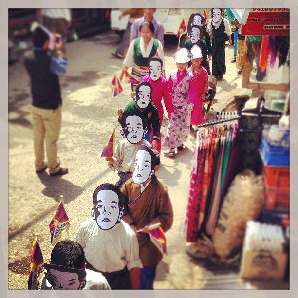 Tybetańskie dzieci w uchodźczej stolicy Tybetu - Dharamsali w Indiach upominają się o Panczenlamę